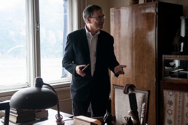 A Nobel-díjas és Budapest nagydíjas Orhan Pamuk szolidaritást vállalt a Lukács Archívummal és az eltávolított Lukács-szoborral. Április 22-én látogatást tett az Archívumban. Fotó - Csoszó Gabriella