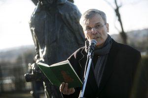 Lukács György szobrának eltávolítása ellen 2017. ferbruár 25-én Demszky Gábor Budapest volt főpolgármestere is kiállt
