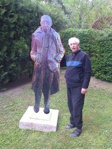 Mátrai István – Lukács György három dimenziós alternatív képe amit a szobor korábbi helyén lepleznek le az 2017. április 30-án, 10 órakor – a képen az alkotó