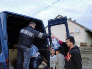 A szocsoma adományt oszt, bútorokat és vízhordásra alkalmas eszközöket is, mert arra is nagy szükség van.