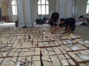 Aktivisták pántolják a és címezik a küldendő csomagokat a szocsoma raktárában. Fotó: Láng Judit