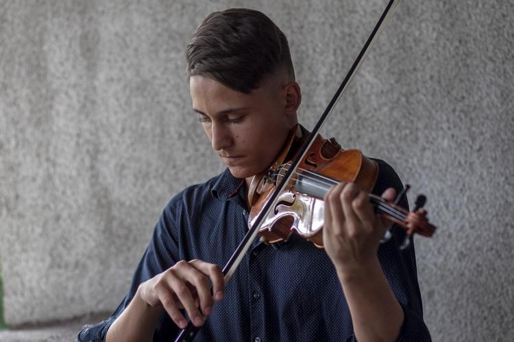 A koszorúzás alatt Oberfrank Kuti István játszott hegedűn.