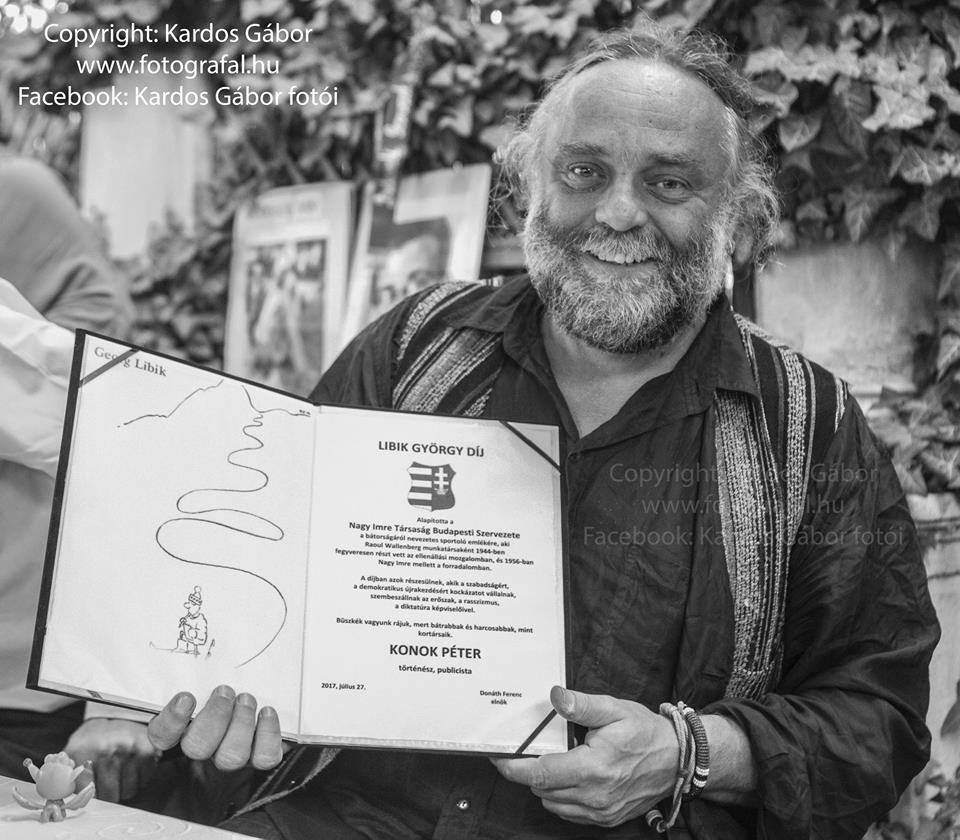 Konok Péter a díjjal - fotó: Kardos Gábor