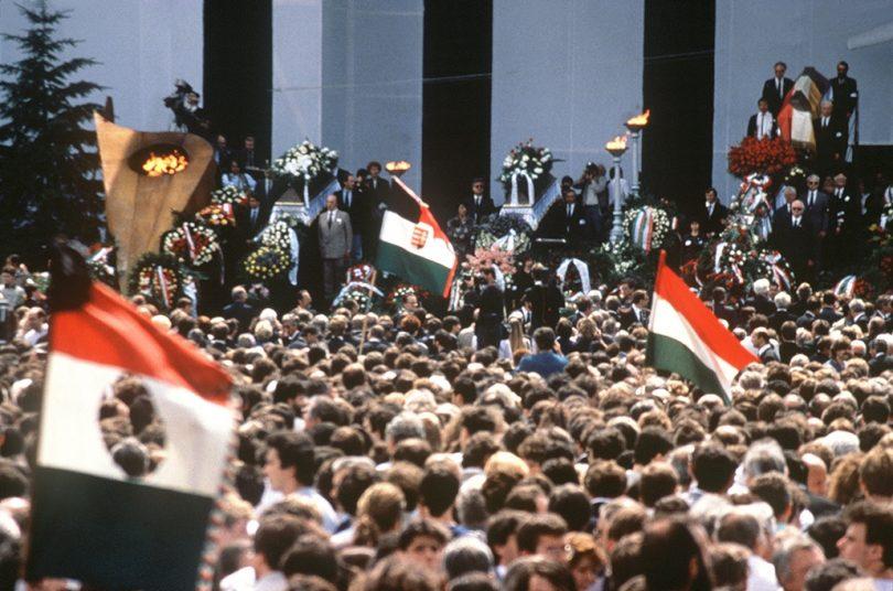 Nagy Imre és társai újratemetése a Hősök terén 1989 június 16-án, egyben a rendszerváltozás kezdete.