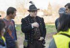 A nyírségi viseletbe öltözött, pitykés dolmányt és darutollas kalapot viselő Orosz Mihály Zoltán polgármester közmunkásokkal beszélget Érpatakon. Fotó -Balázs Attila - MTI