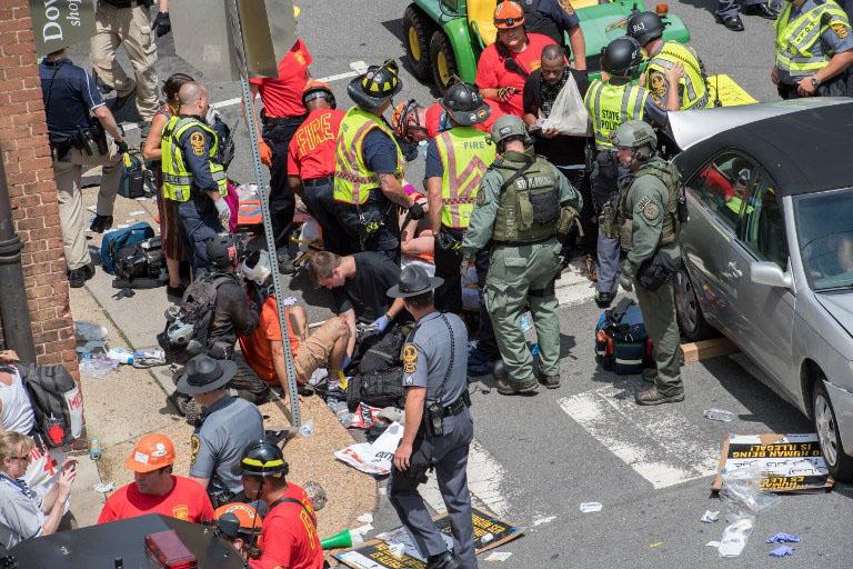 Sebesülteknek nyújtanak elsősegélyt Charlottesville-ben augusztus 12-én - Fotó - AFPEuropress Paul J. Richards