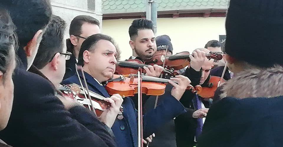 Mága Zoltán hegedűművész a romák ellen elkövetett gyilkosság-sorozat 10 évfordulós megemlékezésén Budapesten, a II. János Pál pápa téren - fotó: Bojár Iván András