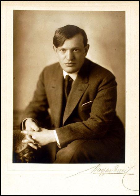 KARINTHY FRIGYES (Budapest, 1925 körül) fotó: Magyar Erzsi – Országos Széchényi Könyvtár/ Színháztörténeti Tár: Ltsz. KA XVI. 24.