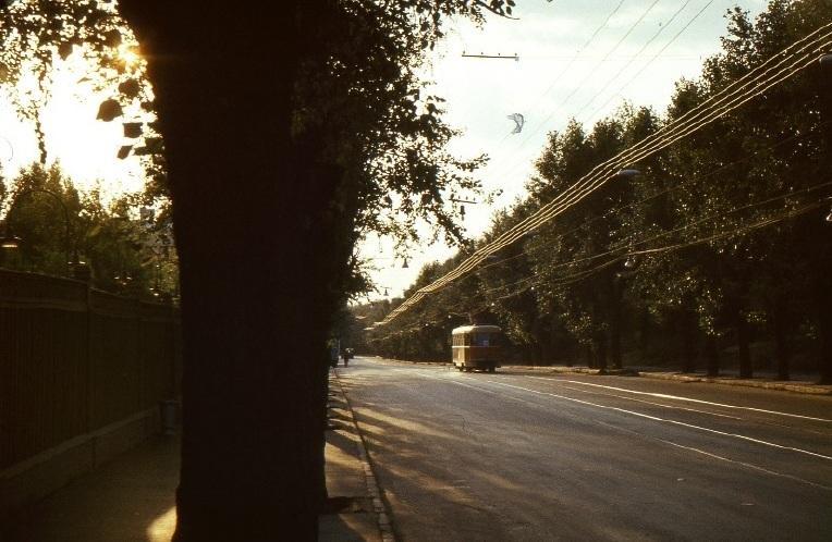 Aszfaltot súroló késői fények Moszkvában. /A szerző felvétele. /